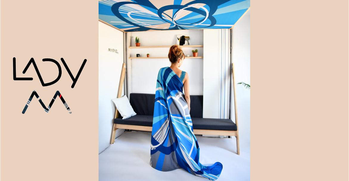 Lady M l'artiste posant sous le lit JUNO avec l'édition limitée de la collection Espace - JUN'Art